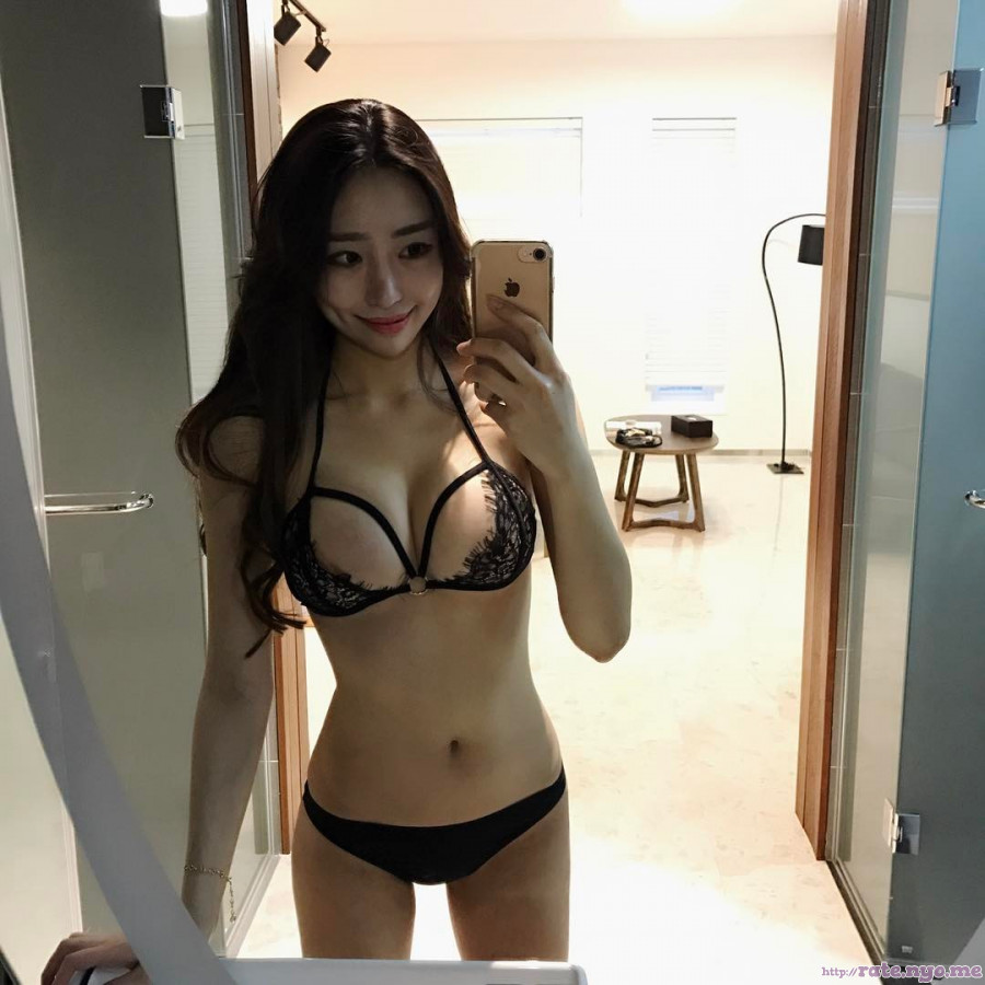 bra breasts cleavage dimples korean lingerie midriff panties selfshot shoulders thighs